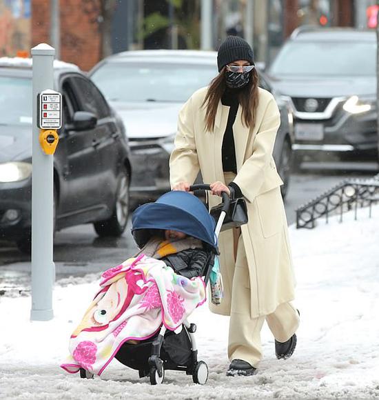 Hai mẹ con Irina Shayk lội tuyết dạo phố vào cuối tuần qua.