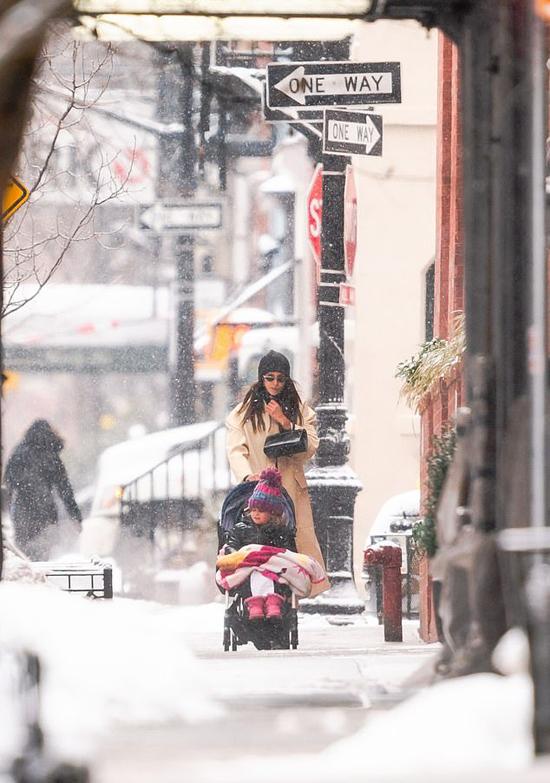 Những ngày này New York vẫn chìm trong giá lạnh giữa đợt rét kỷ lục tại Mỹ và nhiều quốc gia trên thế giới. Tuy nhiên cái lạnh không cản trở nhóc tỳ Lea đi chơi.