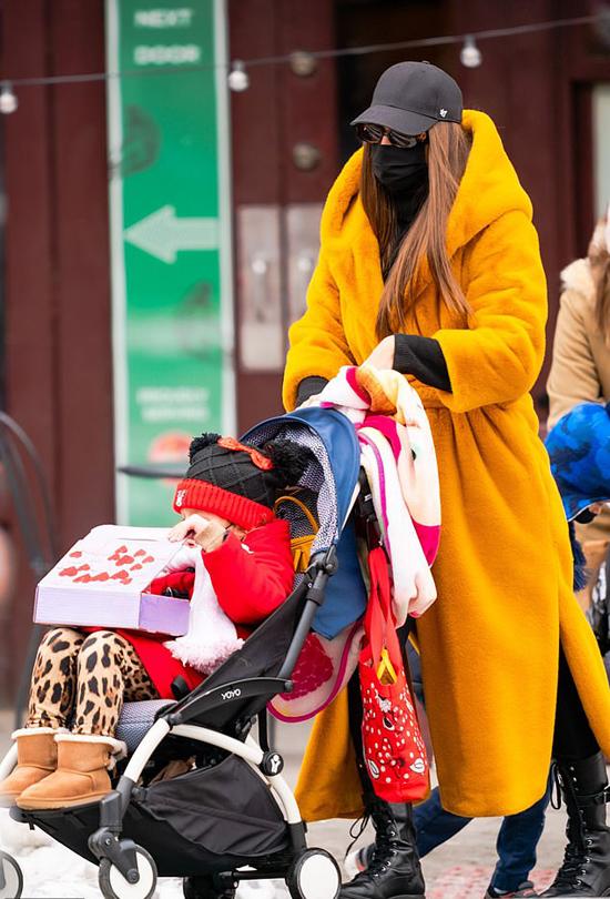Hôm đầu tuần, hai mẹ con mặc áo bông rực rỡ đi mua sắm.