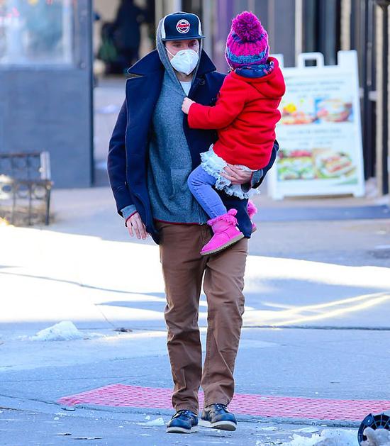 Lea được bố - tài tử Bradley Cooper - bế đi ăn sáng hôm 17/2.