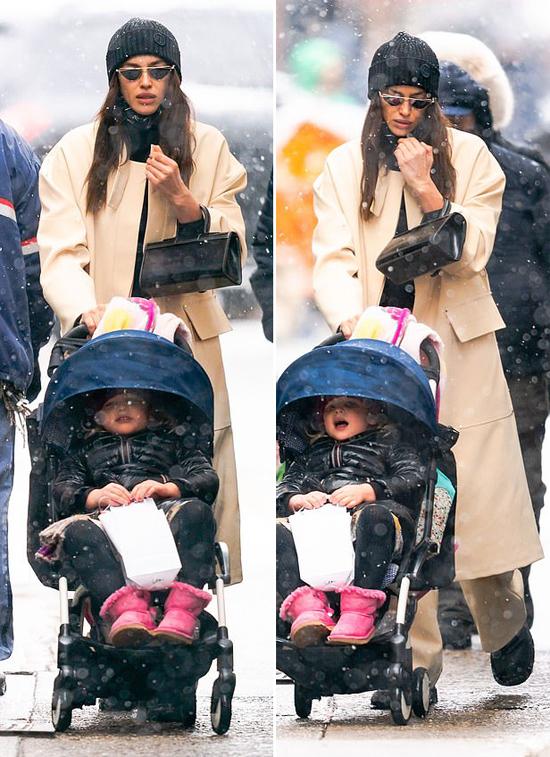 Bé Lea thường xuyên được mẹ cho ra đường nên quen với thời tiết lạnh giá khắc nghiệt.