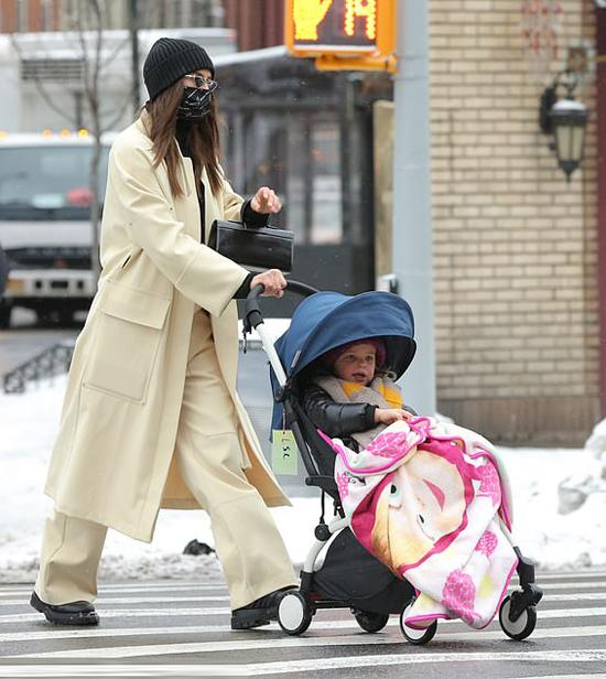 Cô bé gần 4 tuổi ngồi xe đẩy, mặc ấm áp và đắp thêm một chiếc chăn họa tiết em bé ngộ nghĩnh. Trong khi đó Irina che chắn kín mít với áo choàng, mũ len, khẩu trang.