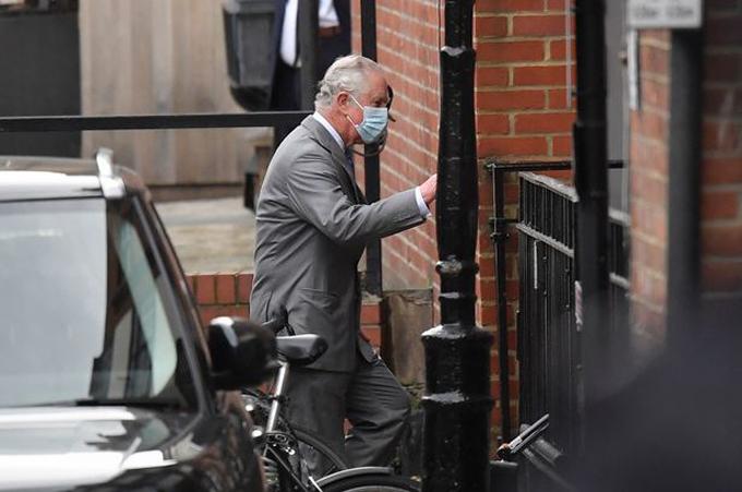 Thái tử Charles bước vào Bệnh viện King Edward VII để thăm Hoàng thân Philip chiều 20/2. Ảnh: Reuters.