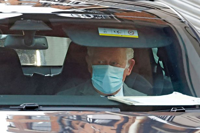 Thái tử Charles ngồi xe đến thăm cha ở Bệnh viện King Edward VII hôm 20/2. Ảnh: AFP.