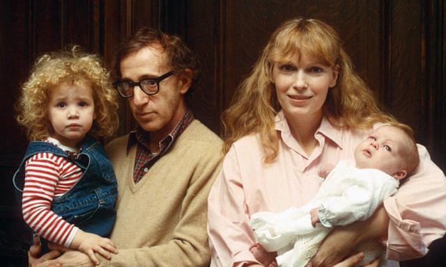 Woody Allen bế con gái nuôi Dylan và Mia Farrow ôm con trai Ronan năm 1988.