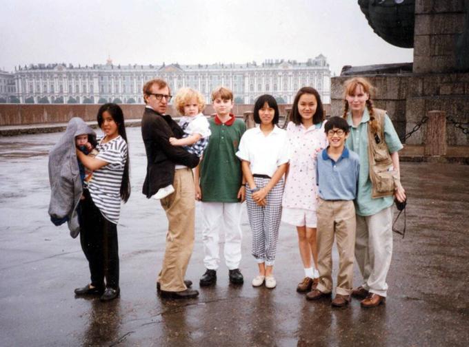 Woody Allen và Mia bên bọn trẻ, trong đó có Dylan (trên tay bố) và Soon-Yi (thứ ba từ phải sang) sau này kết hôn với đạo diễn.
