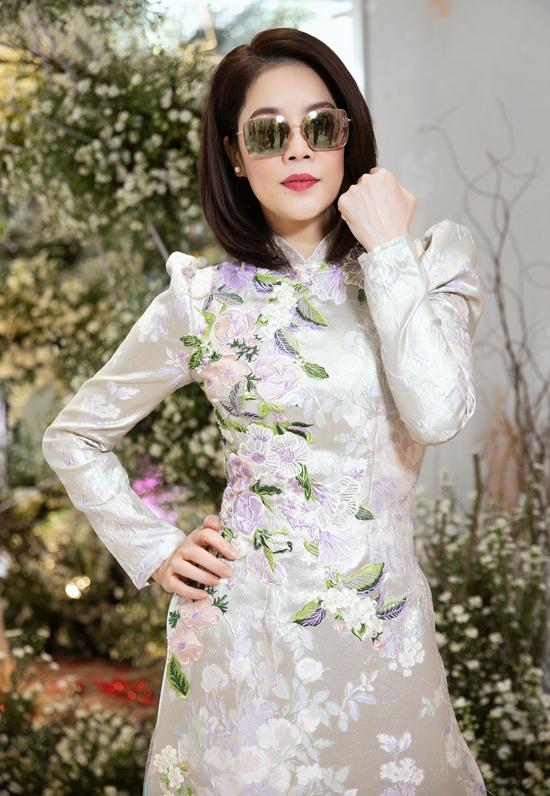 Thu Phương đã 4 lần sinh nở nhưng vẫn giữ được vóc dáng thon thả, nhan sắc trẻ trung. Nữ ca sĩ vừa đến khai trương, xông đất đầu năm tại cửa hàng thời trang của nhà thiết kế Hoàng Hải.