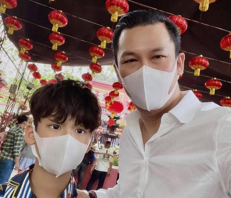 Hai bố con đi chùa đầu năm. Đức Huy mong con trai luôn ngoan ngoãn, học giỏi. Hiện nhóc tỳ theo học một trường quốc tế, có khả năng giao tiếp tiếng Anh thành thạo.