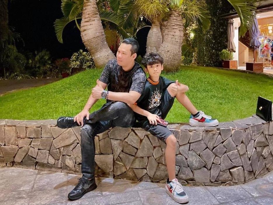 Năm nay, bé Bo ở cùng bố Đức Huy trong Sài Gòn để đón Tết. Khi thấy tình hình dịch ổn định hơn, nam doanh nhân quyết định đưa con đi chơi xa vừa gắn kết tình cảm vừa nghỉ dưỡng đầu năm.