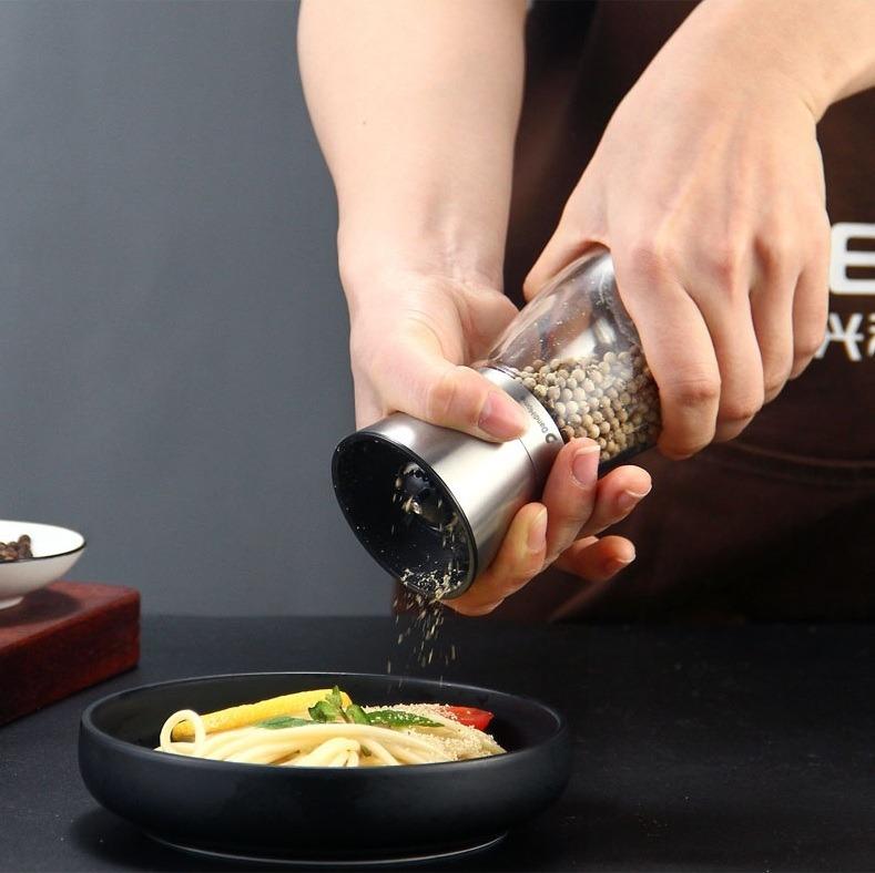 Lọ xay tiêu làm từ inox 304 DandiHome có giá giảm 47% còn 69.000 đồng (giá gốc 130.000 đồng). Lọ vừa dùng bảo quản, vừa có thể xay tiêu trực tiếp. Chất liệu thủy tinh thân bình với phần nắp đậy và xay làm từ inox 304, hạn chế tiêu, thực phẩm bị ẩm mốc. Lưỡi nghiền bằng gốm ceramic.