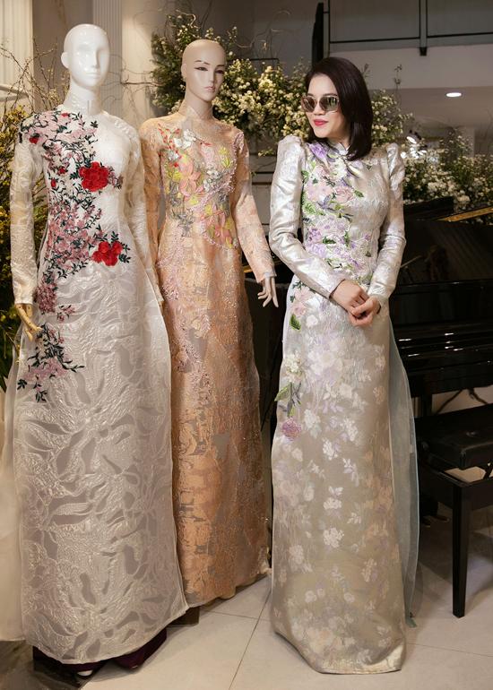 Thu Phương rất thích các thiết kế áo dài thêu họa tiết hoa lá tinh tế, sinh động.