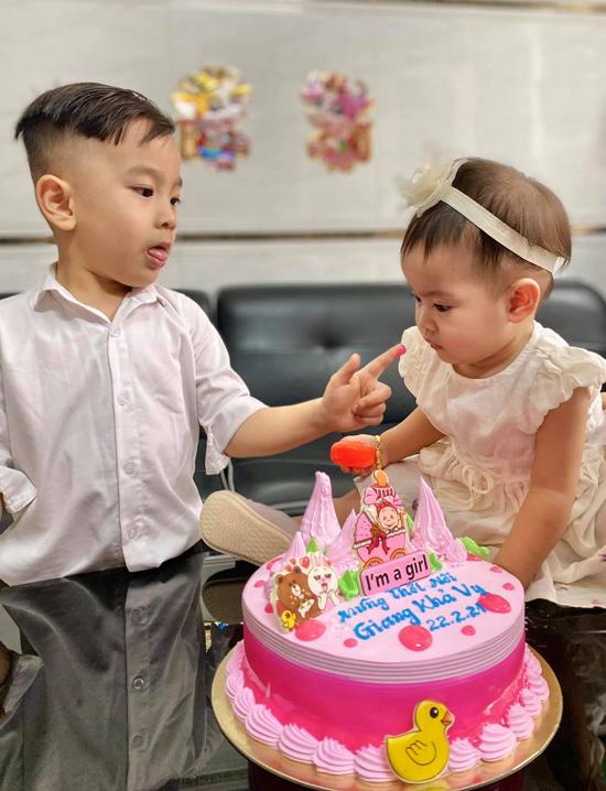 Bé Bắp rất thích chơi đùa với em. Hai bé đều ngoan nên vợ chồng Hồng Phượng không quá vất vả trong giai đoạn làm bố mẹ bỉm sữa.