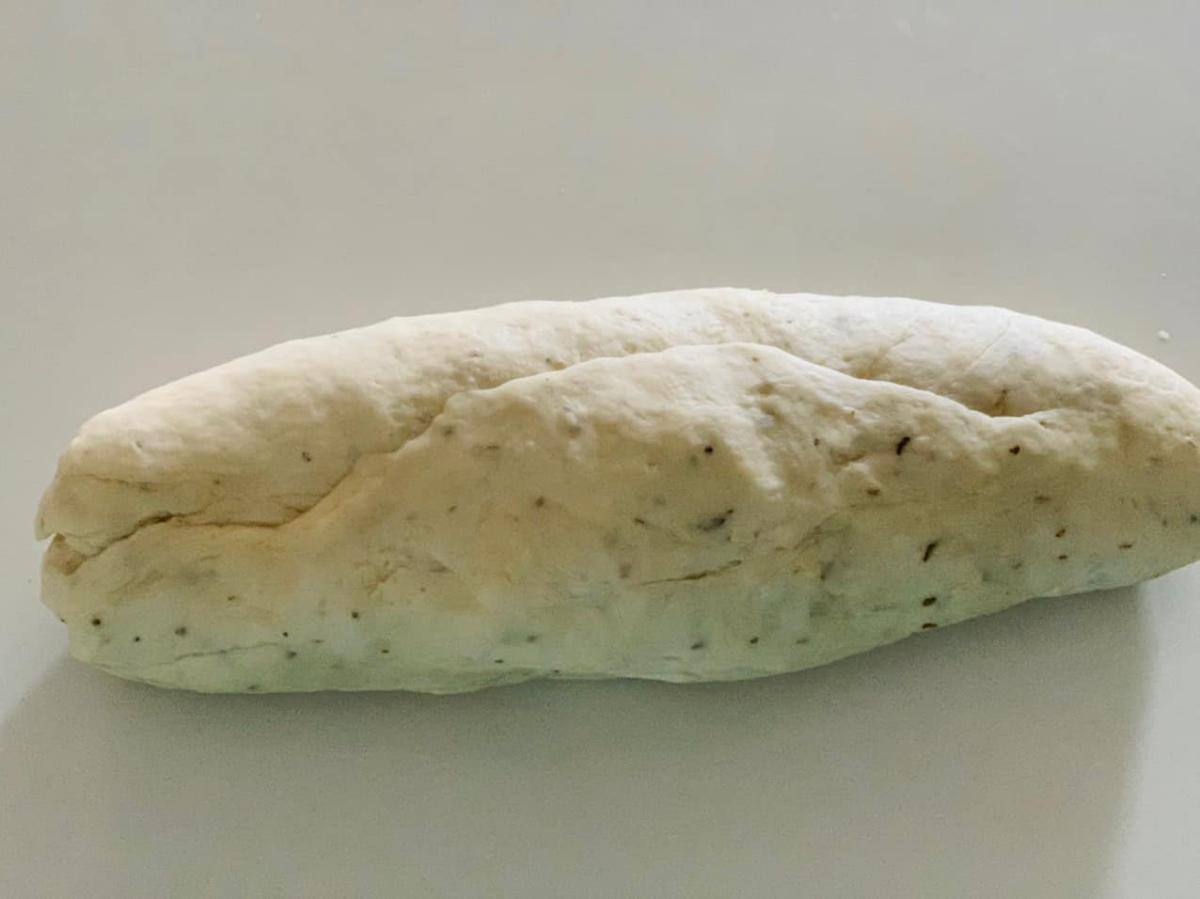 Cô chia quá trình làm bánh thành hai công đoạn cho dễ thực hiện: làm đế bánh và làm nhân. Thành phần chính của đế bánh gồm 900 gram bột mì, 12 gram men instant (đỏ), 6 gram muối, 90 ml dầu ô liu, 480 ml nước ấm 30 - 40 độ và 5 gram lá origano khô. Tùy theo nhu cầu của gia đình mà bạn chia tỉ lệ từ công thức trên.
