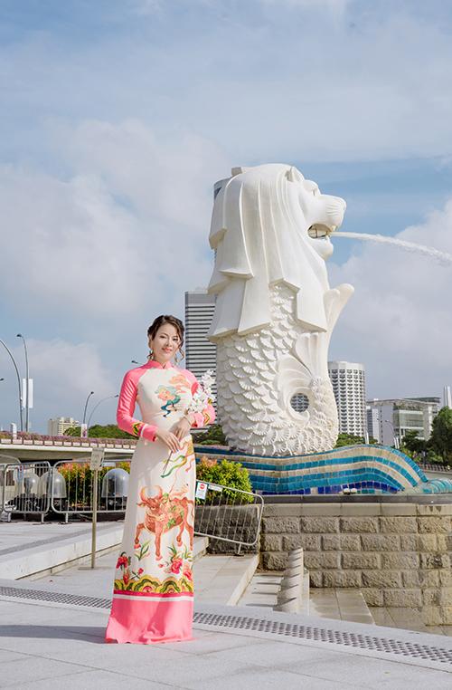 Tina Yuan, tên thật là Nguyễn Thương, đón Tết Nguyên đán ở đảo quốc sư tử do Covid-19. Cô có nhiều hoạt động hướng về nguồn cội trong dịp này như chụp ảnh áo dài tại các địa điểm nổi tiếng của Singapore, gói bánh chưng tặng người đồng hương, tái hiện Tết Việt ở thành phố nơi cô sống...