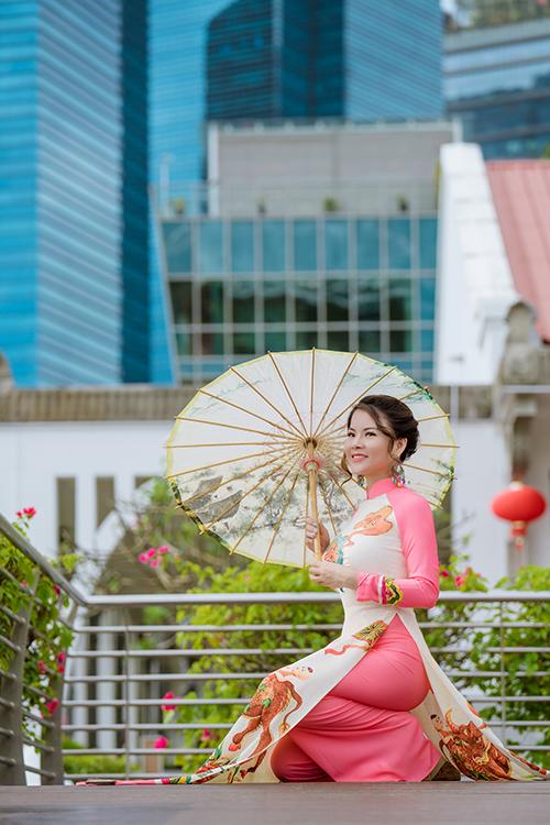 Dù không sở hữu vóc dáng lý tưởng như người mẫu, Tina tin rằng mỗi người phụ nữ khoác lên mình tà áo dài đều hoàn hảo. Trong những năm sống ở Trung Quốc, Singapore, hay Mỹ, cô luôn chọn trang phục truyền thống để diện trong những dịp quan trọng.