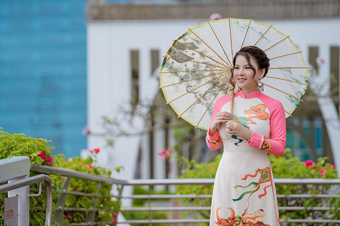 Tina chọn bối cảnh thực hiện bộ hình tại một số tuyến phố đẹp nhất của đảo quốc sư tử, đặc biệt là công viên Merlion. Cô kể rằng khi cô rảo bước tạo dáng, tà áo dài bay bay thu hút sự chú ý của người qua đường. Lúc đó, cô cúi chào, mỉm cười và nói lời chúc năm mới bằng tiếng Việt.