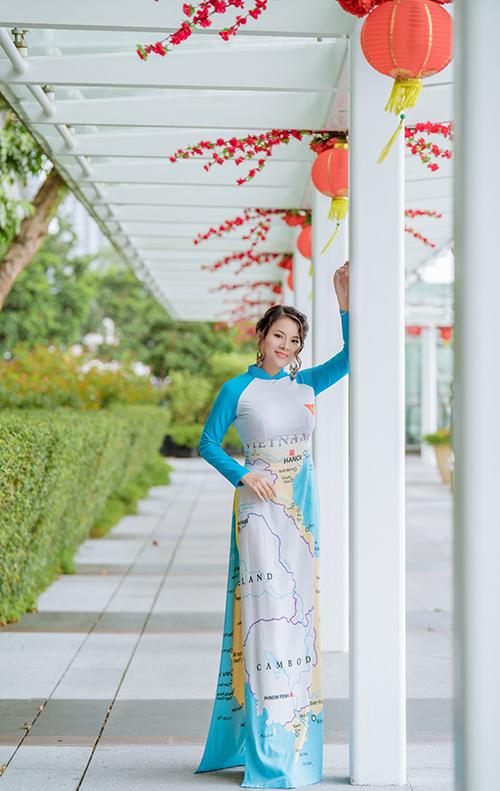 Tina biết bốn ngoại ngữ là tiếng Anh, tiếng Trung Quốc, tiếng Hàn Quốc, tiếng Đức và đang học thêm tiếng Myanmar. Cô là thành viên tích cực của cộng đồng người Việt ở Singapore, chủ nhân lớp dạy tiếng Anh phi lợi nhuận cho sinh viên và lao động Việt Nam tại đảo quốc sư tử.