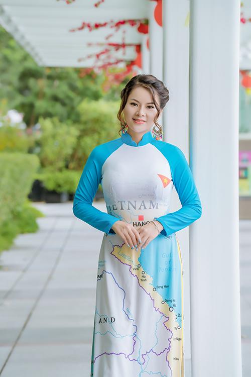 Chiếc áo màu xanh biểu trưng cho khát vọng hòa bình được nữ nhà văn diện với biểu cảm tự hào. Khi sinh sống và làm việc ở nước ngoài, cô luôn tỏ ra là một người Việt Nam thân thiện, hiếu khách và mong muốn kết giao với bạn bè quốc tế.