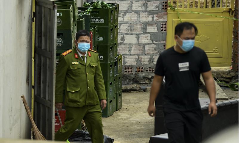 Lực lượng chức năng khám nghiệm hiện trường vụ án sáng 22/2.