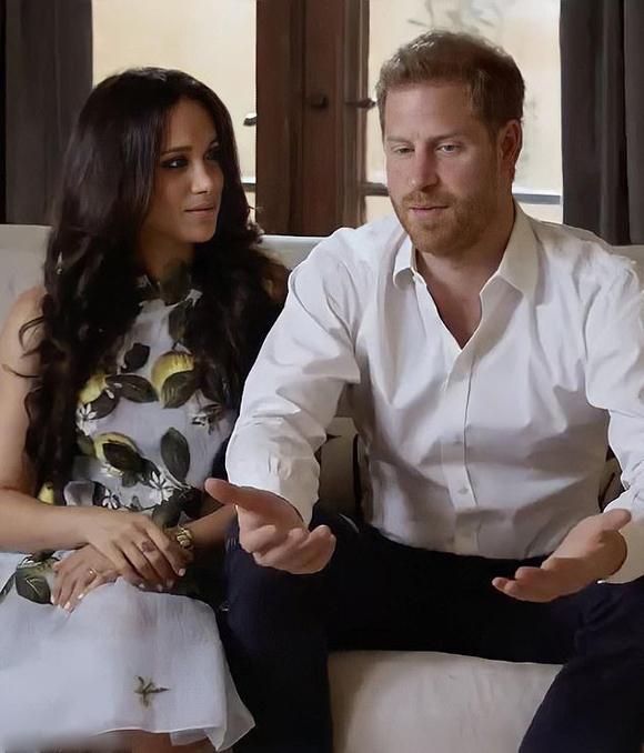 Công tước và Nữ công tước xứ Sussex ghi hình trong biệt thự Montecito, California, Mỹ. Ảnh cắt từ video.