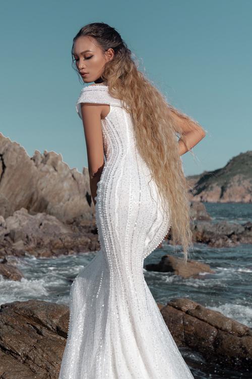 Mặt sau lưng váy cũng được điểm hạt, giúp váy cuốn hút ở mọi góc độ.