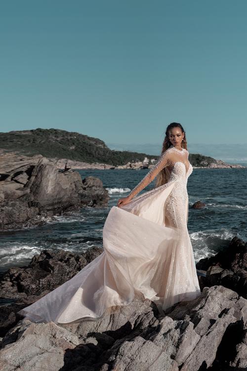 Váy cưới đuôi cá có tà phụ để giúp cô dâu tạo nên những tấm hình ấn tượng.