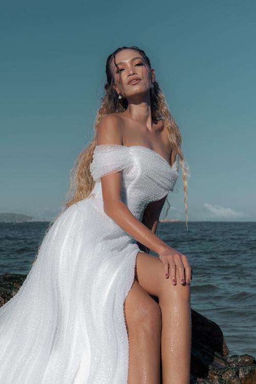 Mở đầu cho mùa cưới xuân hè, NTK Thịnh Nguyễn đem đến bộ sưu tập váy cưới với điểm nhấn chủ đạo là ngọc trai thuần khiết phối trộn với đá pha lê trong suốt, giúp cô dâu toả sáng như hạt ngọc quý của đại dương, toát lên thần thái kiêu sa.