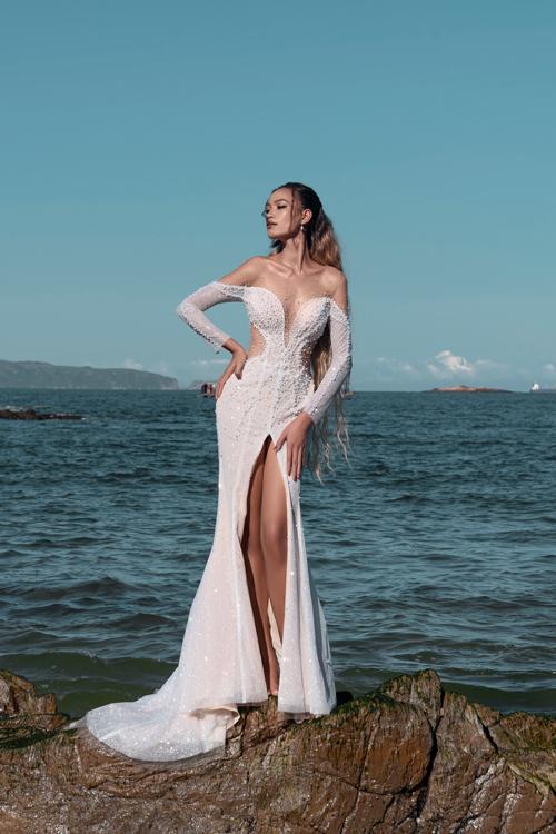 Váy đuôi cá cũng được làm mới ở phần cắt khoét khoe vẻ gợi cảm của cô dâu.