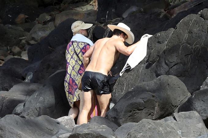 Orlando và Katy gắn bó từ năm 2016, đính hôn vào tháng 3/2019. Cặp đôi rất hạnh phúc khi chào đón con gái đầu lòng vào hè năm ngoái. Lúc Katy bận việc, Orlando ở nhà chăm sóc em bé. Nam diễn viên có nhiều kinh nghiệm nuôi con vì đã là bố của cậu con trai Flynn với vợ cũ - siêu mẫu Miranda Kerr.