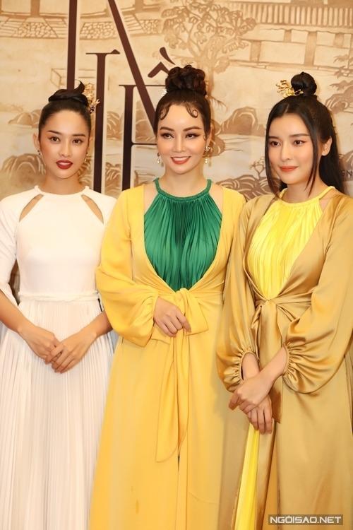 Đạo diễn Mai Thu Huyền bên người mẫu Trình Mỹ Duyên (trái) vai Thúy Kiều và diễn viên Cao Thái Hà vai Hoạn Thư.