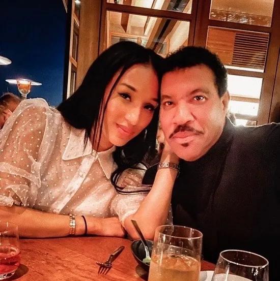 Lionel đẹp đôi bên bạn gái dù hơn 40 tuổi.