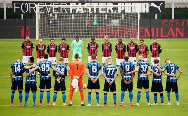 Các cầu thủ Inter và Milan dành một phút mặc niệm cho cựu danh thủ 71 tuổi trước trận derby thành Milan hôm 21/2. Ảnh: The Sun.