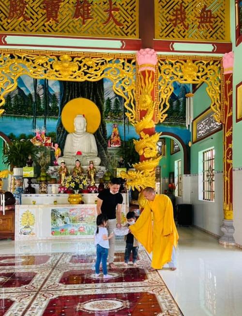 Sau này, anh chọn tâm linh làm điểm tựa tinh thần những lúc khó khăn và mong muốn các con giác ngộ những đạo lý tốt đẹp của nhà Phật.
