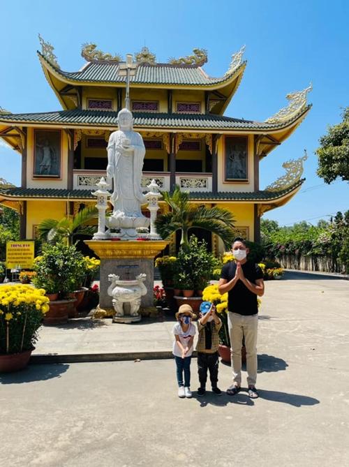 Các con còn nhỏ, nam diễn viên cho hai bé du xuân ở những ngôi chùa gần TP HCM để thuận tiện di chuyển bằng xe riêng.