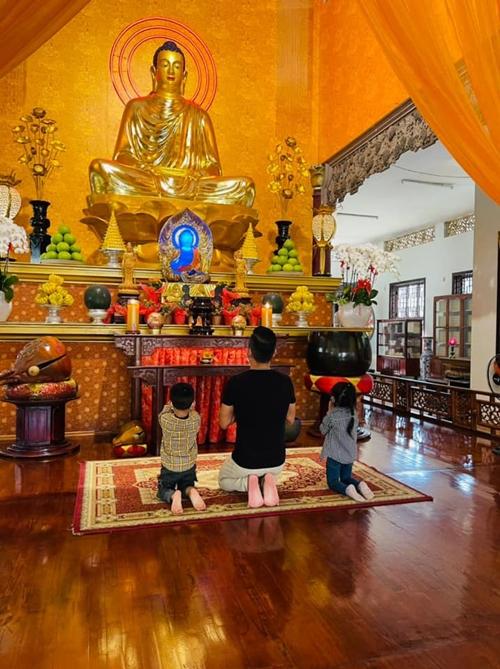 Thành Đạt cảm nhận con hướng Phật từ nhỏ nên thích đi chùa. Ở nhà, thấy bố mẹ thắp hương là Kem và Koi chủ động ngồi xuống, chắp tay thành kính.