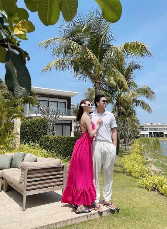 Khánh My diện váy hồng, khoe lưng trần và làn da trắng mịn màng, gợi cảm. Người yêu cô - diễn viên Tiến Vũ - mặc cây trắng giản dị nhưng vẫn toát lên vẻ nam tính, cuốn hút.