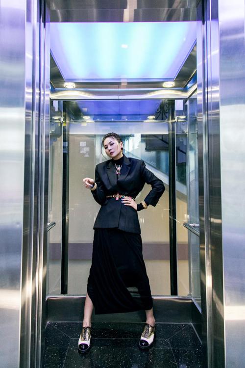 Diện áo khoác dáng rộng tiệp màu màu chân váy, Thanh Hằng khéo chọn trang sức để theo đuổi mốt blazer siết eo.
