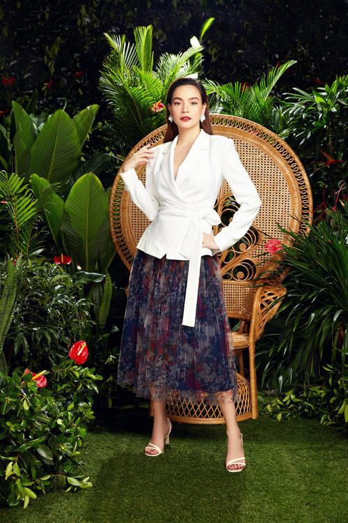Diện áo blazer cách điệu cùng chân váy midi là phong cách được Hồ Ngọc Hà cùng nhiều người đẹp Việt lăng xê ở mùa mốt 2020/2021.