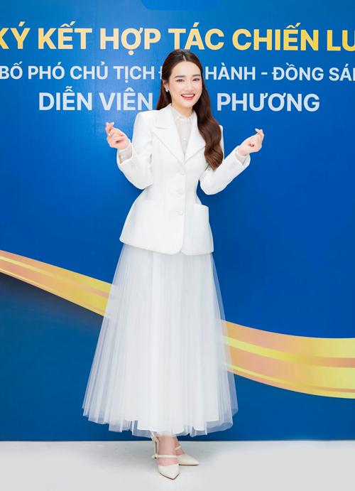 Diện set đồ theo phong cách white on white, Nhã Phương được khen ngợi về phong thái thah lịch khi tham gia sự kiện.