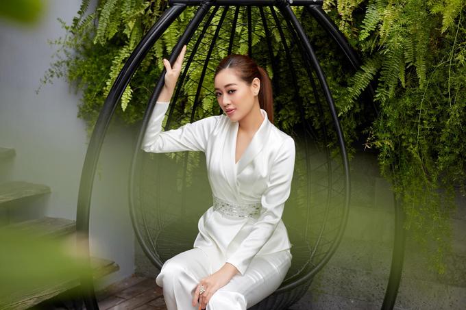 Song song với mốt áo khoác dáng rộng, các kiểu blazer siết eo nhẹ nhàng cũng được Khánh Vân và sao Việt yêu thích.