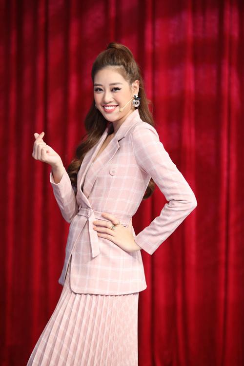 Từ kiểu dáng cơ bản, những chiếc áo blazer ở mùa mới được thêm chi tiết đai lưng vải để giúp Khánh Vân tôn eo thon.