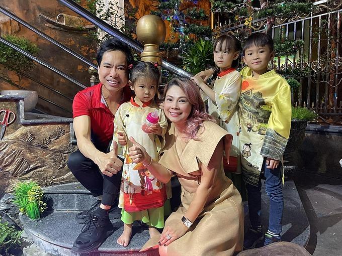 Ca sĩ Thanh Thảo đưa các con đến thăm và ăn cơm dịp đầu xuân năm mới tại tư gia của ca sĩ Ngọc Sơn.