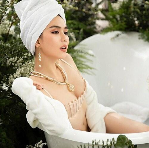 Ngọc Trinh đăng ảnh gợi cảm trong bồn tắm và thả thính: Ôm em đi,đừng ôm muộn phiền nữa. Bế em này, mặc kệ bế tắc đi.