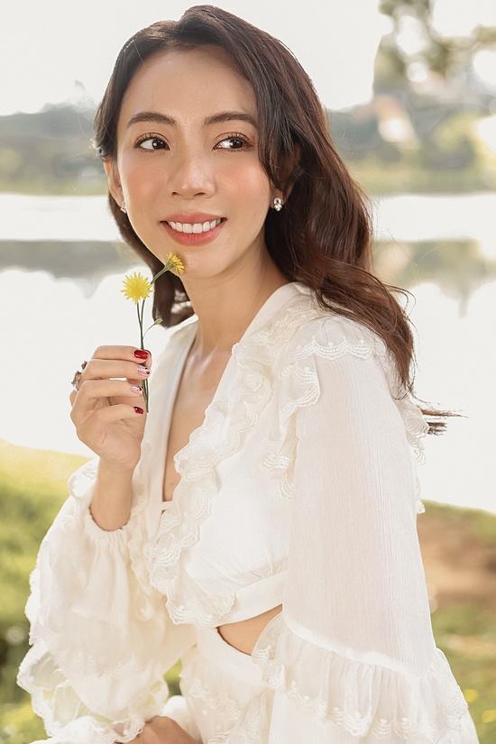 Bước gần đến ngưỡng 40, Thu Trang luôn ý thức giữ gìn nhan sắc, chăm chút hơn cho ngoại hình. Ngày xưa, tôi không dám nghĩ đến chuyện đi thẩm mỹ viện hay spa, xài mỹ phẩm đắt tiền. Bây giờ, tôi chi tiêu rộng rãi hơn, cô cho hay.