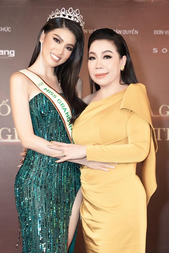 Nhà thiết kế Linh San chuẩn bị hai bộ váy dạ hội cho Ngọc Thảo chinh chiến quốc tế.
