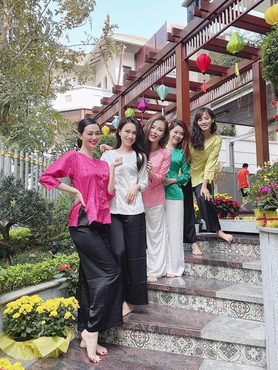 Trước đó Khánh My cùng bạn bè diện đồ bà ba du xuân ở Sài Gòn.