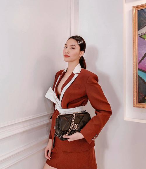 Theo đuổi phong cách thanh lịch, Lan Khuê cũng không bỏ lỡ trào lưu diện blazer được ưa chuộng. Bộ suit ngắn với tông nâu trầm của người đẹp được phối thêm sắc trắng trang nhã.