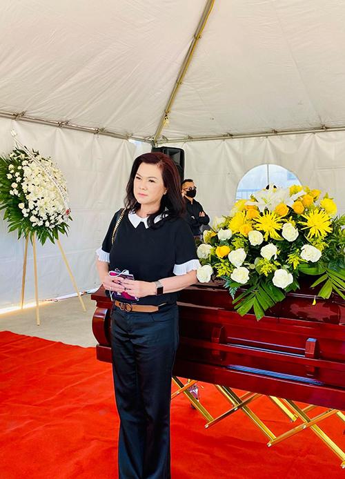 Ca sĩ Phương Loan - vợ cố nghệ sĩ Chí Tài - có mặt để vĩnh biệt Quốc Anh. Sắc mặt chị ổn hơn sau gần hai tháng làm quen cuộc sống thiếu vắng chồng nhưng đượm buồn khi đứng cạnh di hài người anh.