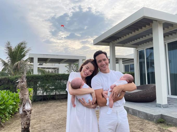 Gia đình Hồ Ngọc Hà ton-sur-ton trắng mang lại sự nhẹ nhàng. Nữ ca sĩ chọn váy suông không kém dáng để kết hợp ăn ý với phong cách đơn giản của Kim Lý.