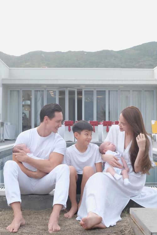 Trang phục đơn sắc, chất liệu thân thiện môi trường, tốt cho làn da em bé luôn được Hồ Ngọc Hà ưu tiên hàng đầu.